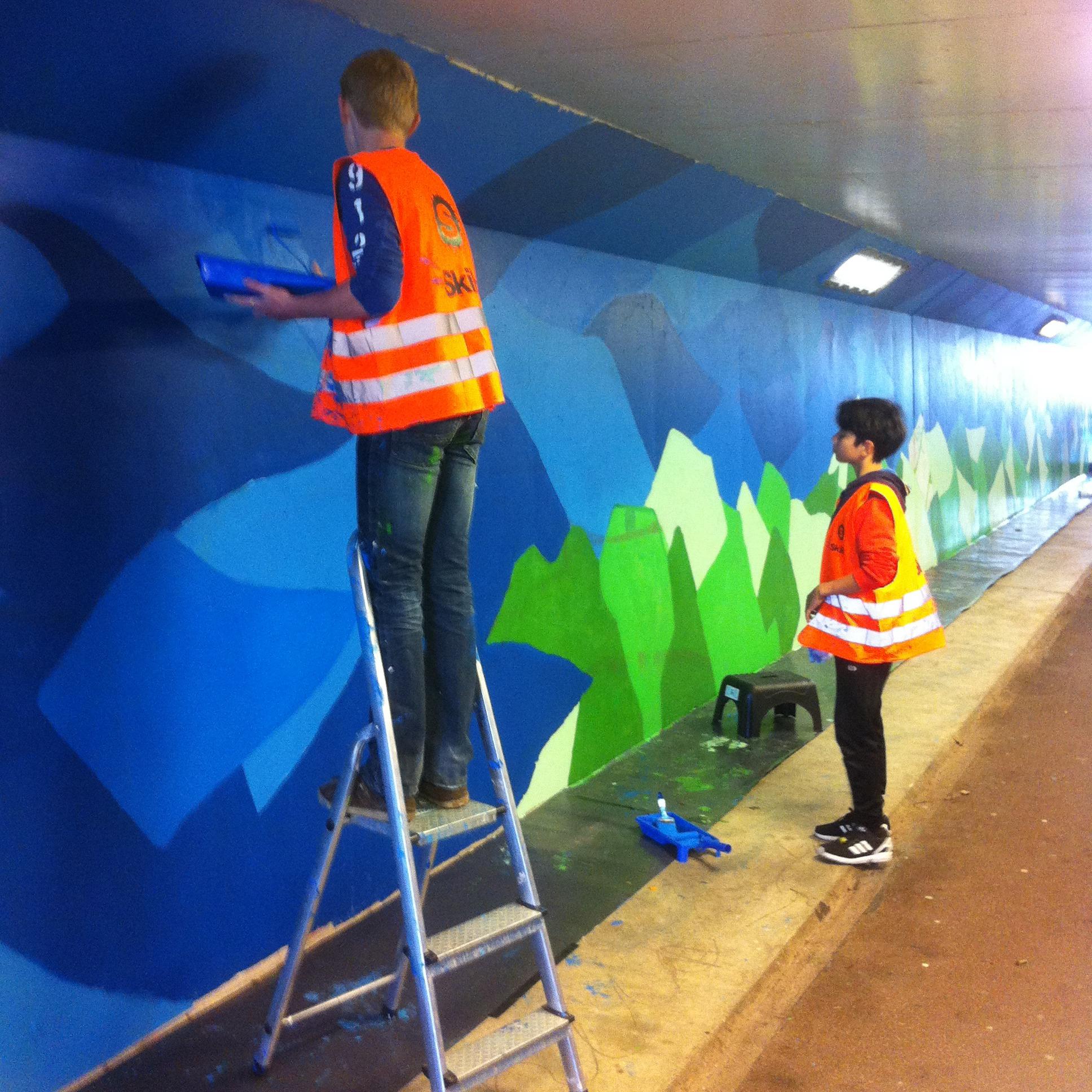 Jongeren aan het werk in fietstunnel Hengelo